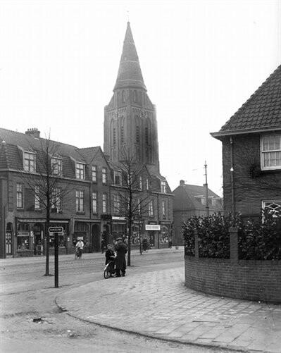 datering27/01/1936 beschrijvingGezicht op een gedeelte van de Amsterdamsestraatweg te Zuilen, vanaf de hoek met de Wattlaan, met op de achtergrond de toren van de St. Ludgeruskerk (Amsterdamsestraatweg 575).