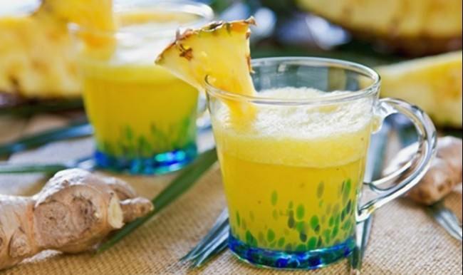 Öksürüğü kesip atar! Ananas suyu ve bal Bromelain enzimi içeren ananas lezzetli bir meyve olmasının yanı sıra öksürükten iltihaplanmış akciğerlerin tedavisinde de kullanılır. Daha fazla öksürme ihtiyacını bastırır. Uzmanların araştırmalarına göre ananasta doğal olarak bulunan bromelain astım tarzı öksürüklerde de kullanılır. Ananas suyunu biraz ılıtın. 1 yemek kaşığı balı buna ekleyin ve balın erimesini bekleyin. Sıcak ve soğuk içebilirsiniz. Ilık hali boğazınızı rahatlatacaktır.
