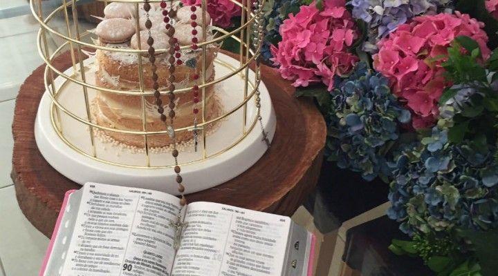 Este post veio com alguns meses de atraso, rs. Minha sobrinha amada recebeu a Primeira Eucaristia em novembro passado e como adorei os detalhes do almoço que minha irmã preparou para nos receber, resolvi compartilhar alguns detalhes com vocês. Hortênsias foramutilizadas para dar aquele toque especial à décor. Fiquei encantada com o efeito causado por …