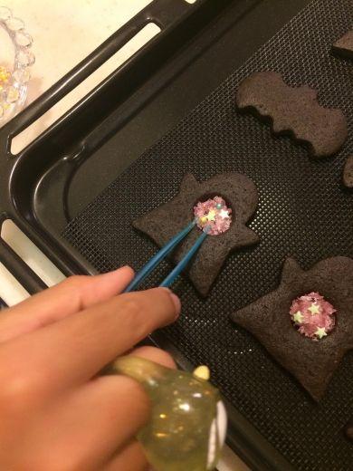 めん棒等で小さく粉々にしたキャンディと飾りを乗せたら更にオーブンで5分程焼く。お使いのオーブンで違いますので時間は調整を!これ、変てこな指輪をした次男の手です。ここまではやりたいやりたい!!なひと。チョコペンの段階で飽きてるひと