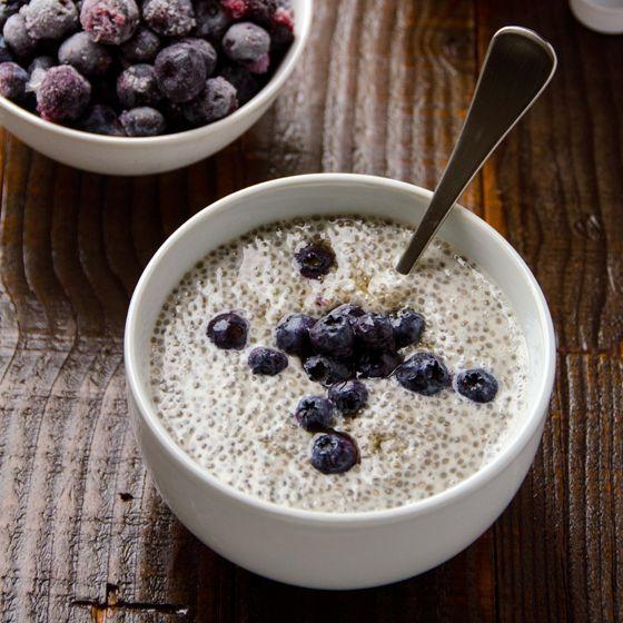 Chia Pudding ist so gesund und ein unglaublich leckeres Frühstück! Hier eine Variante mit Vanille und Blaubeeren. Yummy!