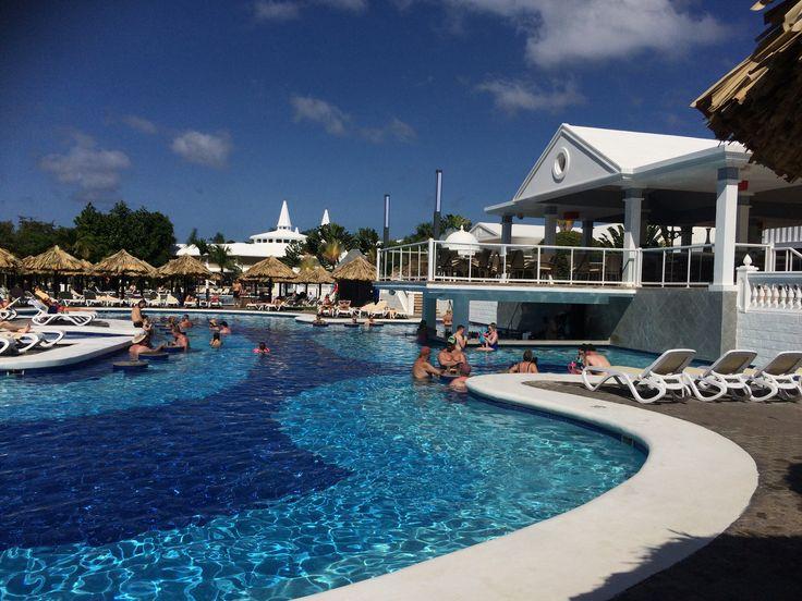Het hoofdzwembad met swim up bar