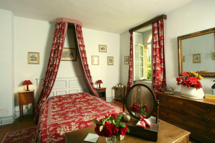Une Chambre cosy et chaleureuse qui ne manque pas de charme! Elle se trouve dans le gîte l'Orangerie avec sa déco aux tons rouges-roses