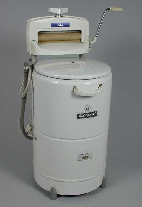 """Wit geëmailleerde elektrische wasmachine met opschrift """"Neerlandia Perfect"""", handmangel Bico bevestigd"""