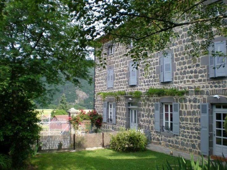 Un grand terrain clos arboré assure calme et détente pour des séjours en famille ou entre amis, que vous apprécierez tout au long de l'année puisque notre région bénéficie d'un ensoleillement d'environ 250 jours par an, c'est le Midi de l'Auvergne !