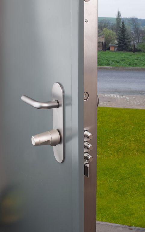 Bezpečnostní dveře NEXTSD102ovládané motorovou vložkou EMZY