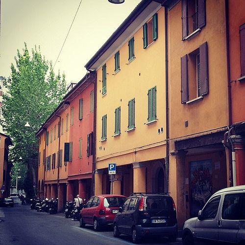 Una Via Polese colorata e verde per augurarvi un buon sabato! #MyBologna