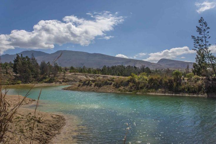 Estos son los Pozos azules de Villa de Leyva. 5 espectaculares lagos artificiales de color azul-verdoso que contrastan con el árido color de la arena del desierto de la candelaria