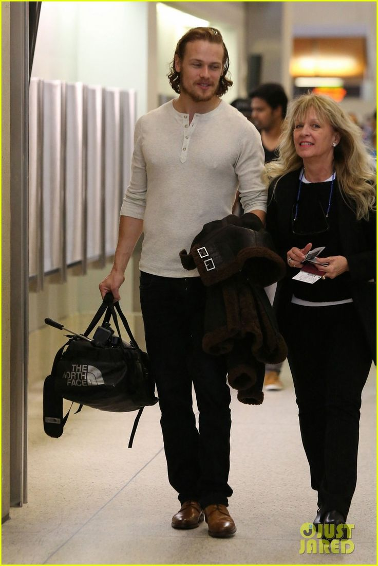 Outlander's Sam Heughan Flies Out of Town Looking Swoon-Worthy! | outlanders sam heughan heads out of town 07 - Photo