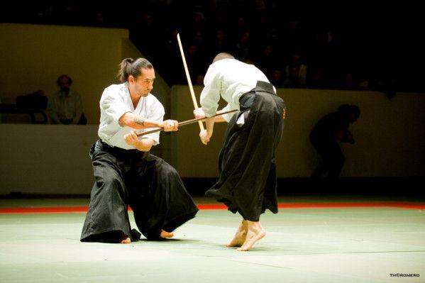 Léo Tamaki est le plus célèbre des jeunes experts d'Aïkido. Enseignant à travers l'Europe entre deux allers-retours au Japon il est aussi à l'origine du premier Aïki Taïkaï, a participé à la 4ème NAMT et vient d'ouvrir les portes de son dojo, le Kishinkan....