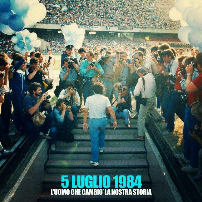 """05.07.1984 Dopo i variSivori ed Altafini,venne il tempo del """"sommo"""" ed il tempo fu sommo. Non c'è modo di spiegarlo, fu e basta. Sommo gaudio, sommo godimento, sommo legame… tutto talmente profondo da non riuscire a superarne il distacco. Certi amori non hanno bisogno di risorgere, semplicemente perché non muoiono mai. Questo è il caso di#Napoli e RE Diego Armando #Maradona.  #D10S #ForzaNapoliSempre ♡"""