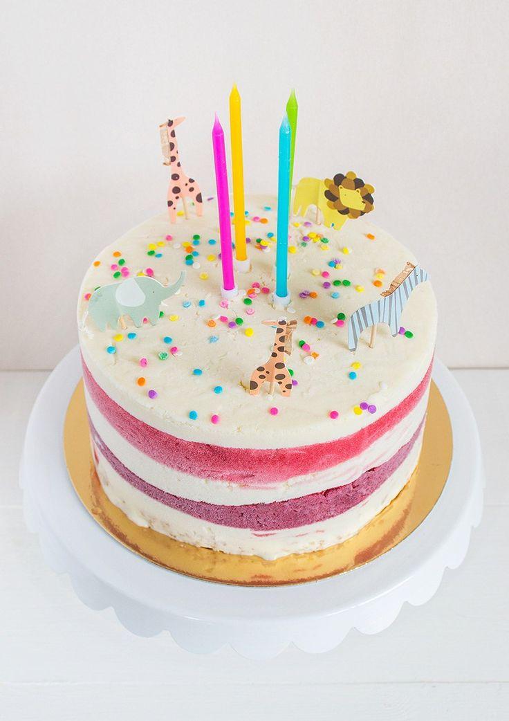 M har firat sitt första barnkalas med ägg- och mjölkfri glasstårta eftersom en av hennes kompisar är allergisk. Det blev riktigt lyckat.