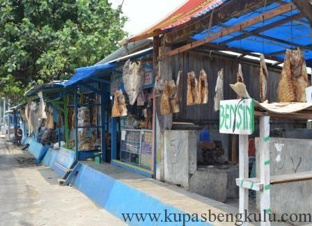 Penjualan Ikan kering Kampung Nelayan Malabero, Sentra Produksi Ikan Teri Kota Bengkulu