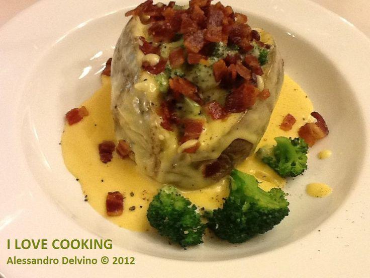 Patata arrosto con broccoli al vapore, pancetta affumicata e salsa di formaggio