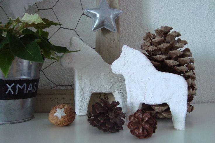 Dalapferde aus Styropor oder dicker Pappe mit Gipsbinden umwickelt und so standfest gemacht - geht auch mit Häusern, Sternen usw.