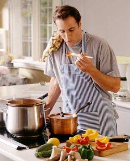 Nossas cozinhas não são mais as mesmas. O fogão, que agora se chama cook top e fica em uma ilha com coifa de blindex, é o ponto de convergência quando fazemos festas em casa. Panelas penduradas, ingredientes diferentes -com preço acessível -e gavetas cheias de utensílios imprescindíveis a um cozinheiro moderno aponta pontam para uma nova ordem: todos podemos ser gourmets! Experimente as receitas de hoje e impressione,afinal, na sua casa, o/a Chef é você