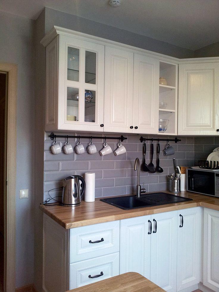 Маленькая угловая кухня в серо-белой гамме.