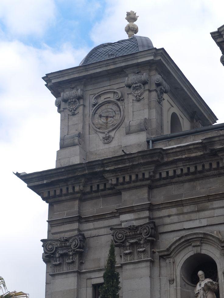 Fachada .Torre de la izquierda  con reloj.