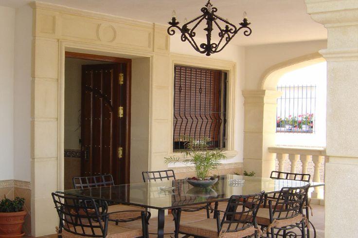 Molduras de piedra para puertas y ventanas y vierteaguas / alfíezar con goterón.