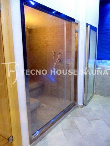 Bagno turco con porta a vetro e vetrata panoramica