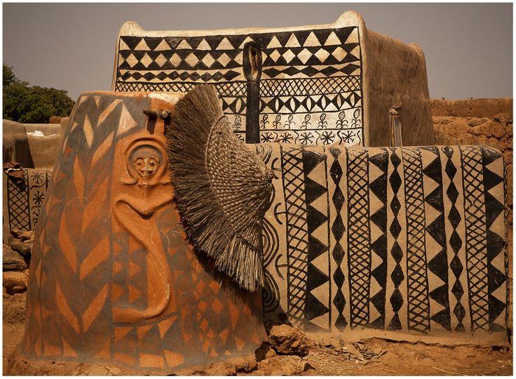 Os muros pintados desse vilarejo são uma espécie de grafite tribal