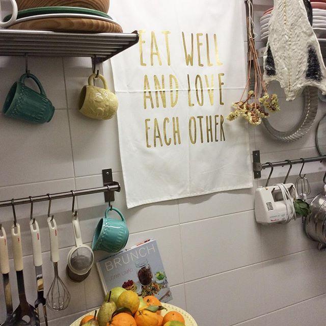 [EAT WELL AND LOVE EACH OTHER] #vegancuisine #kitchendetails #eatwelllivemore #openshelfs #ceramics #organiccotton #smallspaces #anossamorada