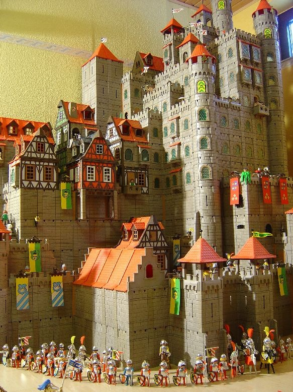Playmobil Minas Tirith. One of the most amazing things I have ever seen perhaps? My heart skipped a beat.  We have a lot of these at my dad's house, but not this many.  I want to do this!