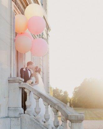 So pretty! Balloons as wedding props for photos of bride and groom #uniqueweddingideas unique wedding ideas