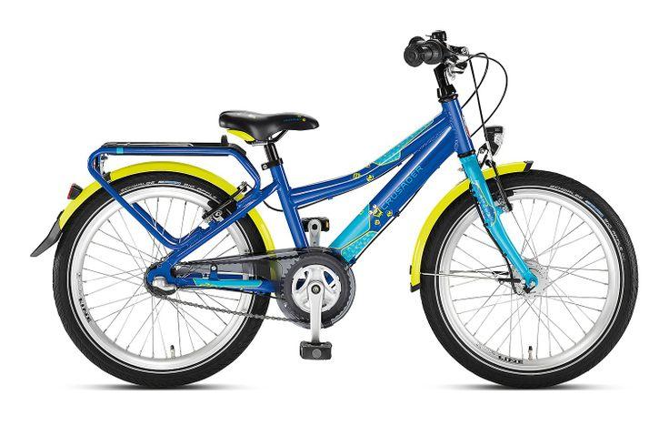 Niebieski/lagoon rower Puky Crusader 20-3 Alu Light posiada aluminiową ramę, 20 calowe koła, sztywny widelec, bardzo porządne błotniki, dynamo w piaście i stosowne oświetlenie, nóżkę, nowy bagażnik, dwa hamulce v-brake, do zmiany 3 przełożeń przerzutki Shimano Nexus (w piaście z hamulcem) służy manetka obrotowa. Puky poleca rower Skyride 20-3 dla dzieci o wzroście od 120 cm / długość nóżki 55 cm / wiek 6+.