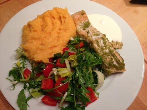 Middagstips: Ovnsstekt laks m/pesto, rotmos av søtpotet og kålrot og frisk salat (Rusa på livet!!!)