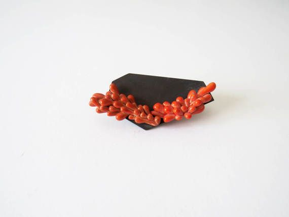 This brooch is made from an oxidized base from brass and enameled polymer clay elements. In this series I have combined geometry with organic forms that represent a red wreath. The brooch is 8.0 cm long and its width is 3.7 cm. I would be more than willing to prepare other color combinations!  Please feel free to convo me any time with questions. Thanks for stopping by!   Please do take time to read my Policy section before purchasing…