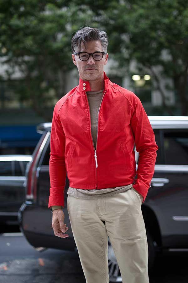 赤ドリズラー×ベージュTシャツ×チノパン