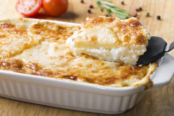 Le patate alla savoiarda sono un piatto ricco di sapore sebbene venga realizzato con pochi ingredienti. Ecco la ricetta ed alcuni consigli
