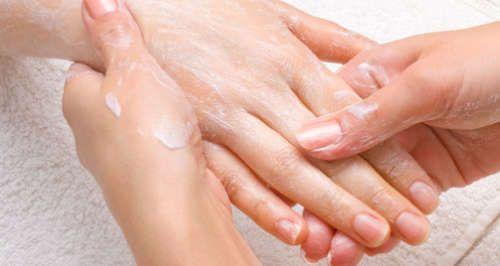 Natron ist preiswert und sehr vielseitig: Dieses Produkt ist für seine zahlreichen Anwendungsmöglichkeiten in Küche und als Heilmittel bekannt. Nicht so bekannt ist jedoch, dass dieses einfach erhältliche Mittel auch ausgezeichnet für die Schönheit von Haut und Haaren ist. Natron hat nämlich reinigende und reparierende Wirkungen und verbessert das Erscheinungsbild.