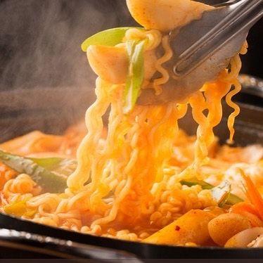 こんばんは! 表参道 韓国料理 COSARI TOKYOです(#^.^#) みんなでワイワイ、女子会に韓国料理はいかがでしょうか? クリーンな店内で、楽しいひと時を…。 プデチゲ鍋は、数種のウインナーとお野菜、ラーメンも入って、ボリューム満点(#^.^#) お試しくださいませ(o^^o) #表参道 #韓国料理 #コリアン #ランチ個室 #禁煙 #女子会 #韓国料理 #サムギョプサル #姉妹店 #肉フェス #女子会 #個室焼肉 #隠れ家 #マッコリ #新大久保 #チーズダッカルビ #韓国 #韓国旅行 #肉 #飲み放題 #カクテル #コラーゲン #ヘルシー #チヂミ #石焼ビビンパ #プデチゲ