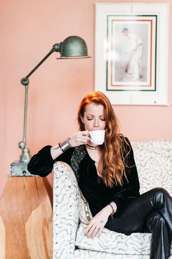 Julia Petit - Petiscos  -blusa MOB -calça Blank NYC -joias Mariah Rovery