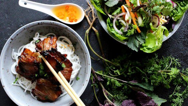 Vyzkoušejte doma vietnamský voňavý grilovaný bůček s nudlemi bún, salátem a pikantní zálivkou Nước chấm. Příprava není vůbec složitá a výsledek je vynikajicí.
