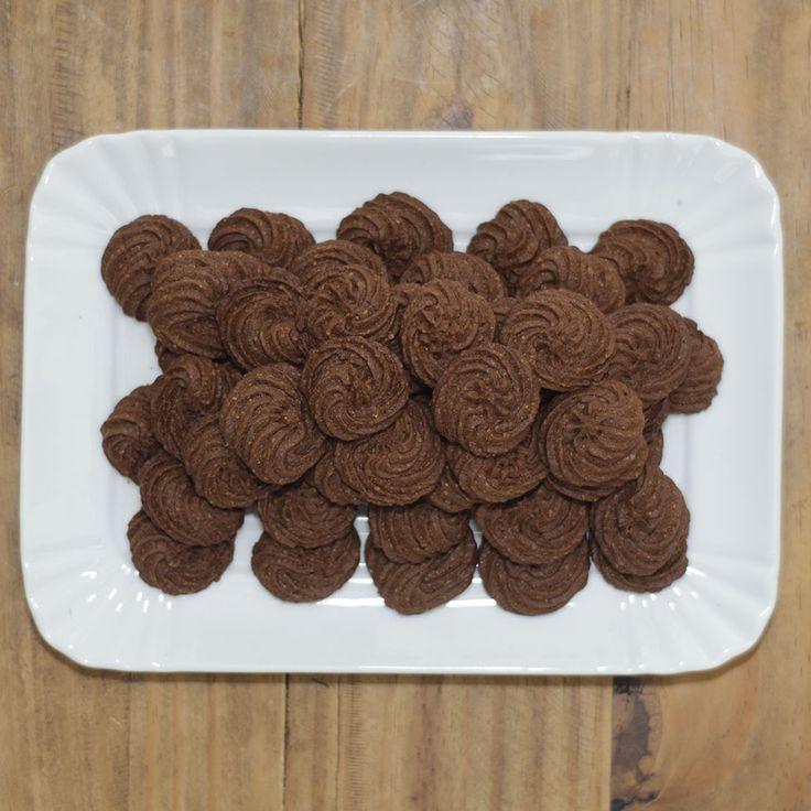 Questa settimana la voglio dedicare ai biscotti, visto che anche io ne ho preparati tantissimi da regalare. Quelli di stasera sono al caffè, deliziosi anch