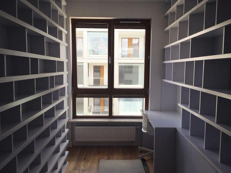 regał z biurkiem, który umieszczony jest po obu stronach pokoju bookcase with desk #regał #bookcase #bookshelf #książka #książki #book #books #bookstagram #booklover #shelf #cd #grey #wnętrze #interior #biblioteczka #gabinet #dom #home #decor #design #photooftheday #remont #warszawa #warsaw #poland