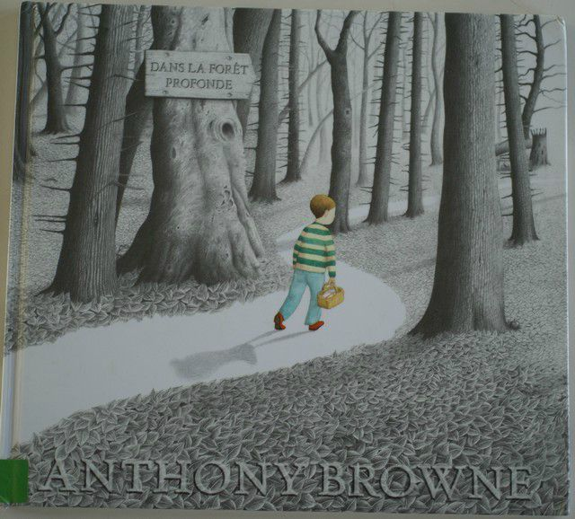 CPRPS 31997000785857 Dans la forêt profonde. Le papa de ce petit garçon a disparu un matin. Un jour, il doit aller porter un gâteau à sa grand-mère et il doit traverser la forêt. On retrouve la trame du Petit Chaperon Rouge, le coup de crayon d'Anthony Browne avec tous les détails à observer et chercher dans les illustrations, un peu d'angoisse (mais où est Papa ?), et une histoire qui se termine joyeusement...
