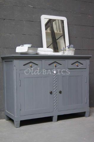 Zweedse commode 10031 (lichtgrijs) - Stevigdressoir in Zweedse stijl. De kast heeft bijzondere detailleringen. Achter de deuren zit een legplank in het midden. Ook geschikt als commode!