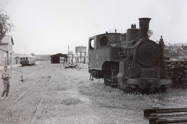 Locomotara no.42. Cuando Jeremy Wiseman tomó esta foto en mayo de 1962 en la estación de Velez Málaga, acababa de ser levantada la vía que unía esta localidad con la de Ventas de Zafarraya y que tenía algunos tramos en cremallera. A la derecha aparece, ya retirada, la locomotora nº 42 dotada de tracción por adherencia y cremallera, A lo lejos el Billard que aseguraba el servicio entre Málaga y Vélez Málaga