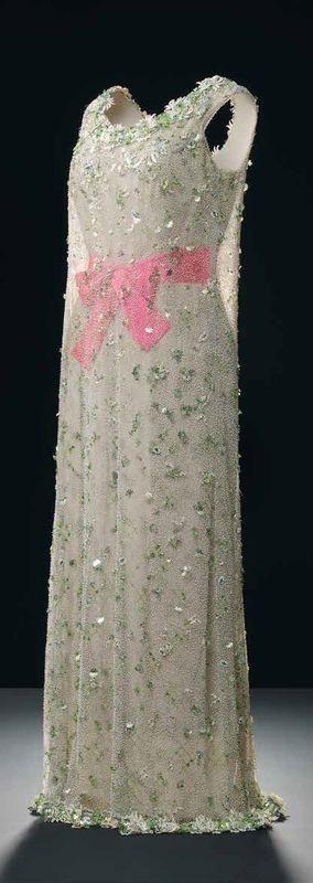 1966. Cristóbal Balenciaga, robe du soir en soie ivoire et tulle vert pâle brodé. ©Manuel Outumuro. Modèle conservé à la Fundación Cristóbal Balenciaga, Guetaria, Espagne