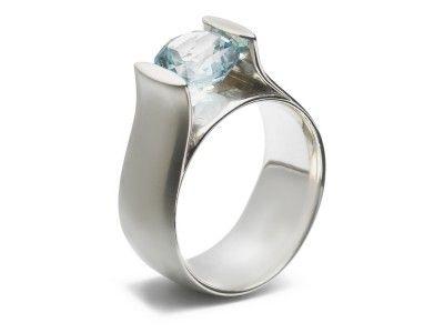 zilveren verlovingsring met blauwe topaas. www.miotrouwringen.nl