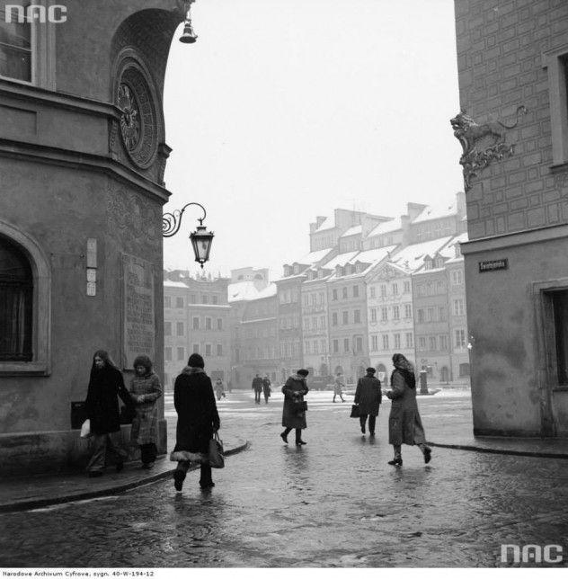 Wylot ulicy Świętojańskiej na Rynek Starego Miasta w Warszawie, 1973-01-25.