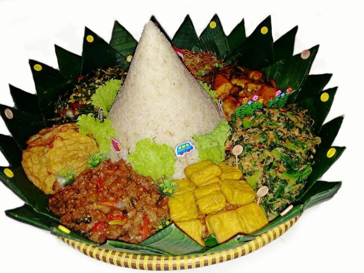 Nasi uduk + Urab / Kluban + Tahu goreng + Tempe goreng + Oseng tempe + Telur dadar + Oseng kacang + Mie goreng  + Ayam goreng