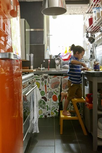 Use recipientes transparentes para os alimentos do dia a dia e, assim, obtém uma arrumação uniforme
