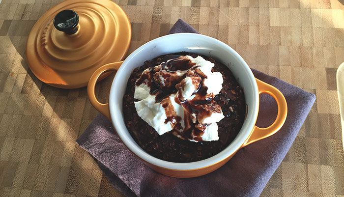A healthy breakfast that tastes like a cake, don't you want that every morning? This baked oatmeal with banana, cacao and chocolate chips is delicious!