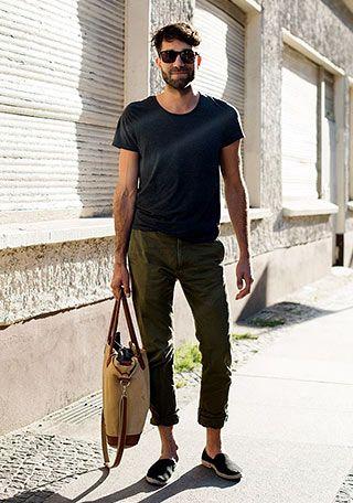 黒Tシャツとカーキパンツ×黒エスパドリーユの着こなし(メンズ) | Italy Web