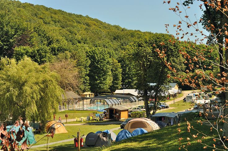 Un cadre verdoyant pour ce camping et sa piscine naturelle. #abripiscinerideaupro #quintessenz